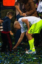 2011 US Open Cup Final: Ozzie Alonso Plays with Confetti