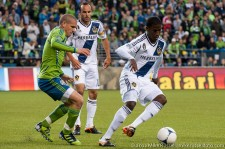 Osvaldo Alonso defending Edson Buddle