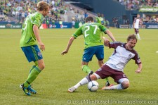 Sounders - Rapids: Alex Caskey beats Jamie Smith off the ball