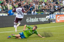 Sounders - Rapids: Alex Caskey slides in on Luis Zapata