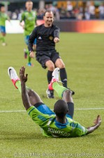 Sounders - Rapids: Referee Kevin Stott indicates Zapata got the ball