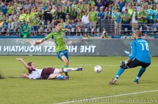 Sounders - Rapids: Hunter Freeman beats Fernandez to the ball