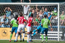 Sounders-Chivas: Eddie Johnson heads it just past Dan Kennedy