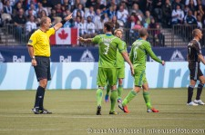 Sounders-Whitecaps: Brad Evans argues with referee Silviu Petrescu