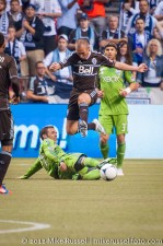 Sounders-Whitecaps: Kenny Miller leaps over the sliding Christian Tiffert