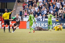Sounders-Whitecaps: Barry Robson pleads for a penalty after Darren Mattocks goes down in the penalty area
