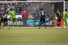 Sounders-Whitecaps: Brad Knighton dives to save Jeff Parke's shot