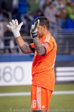 MLS Playoffs Sounders-RSL: Rimando shows Sounders supporters blood on his gloves